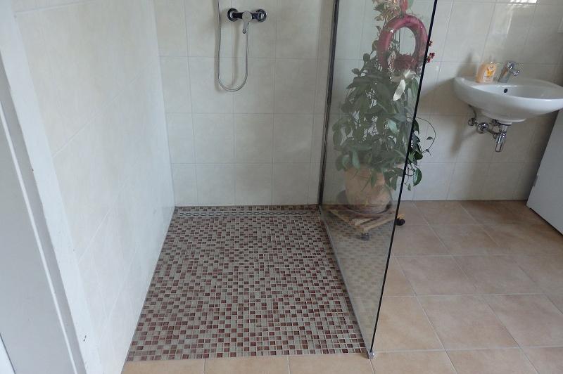 Dusche mit Bodensifon